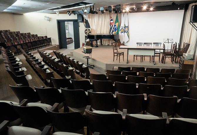 Auditório do CCLA, local de exibições regulares de filmes, seguidas de debates