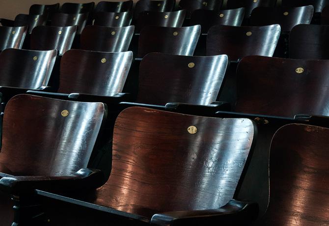 """Cadeiras do Teatro Municipal """"Carlos Gomes"""" estão conservadas no auditório do CCLA"""